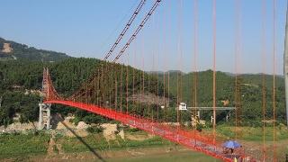 国内跨度最大天然气管道完成悬索跨越